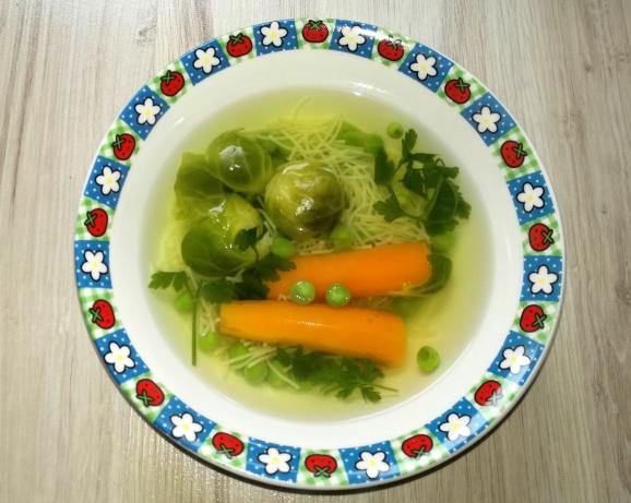 Zeleninová polievka s ružičkovým kelom a hráškom